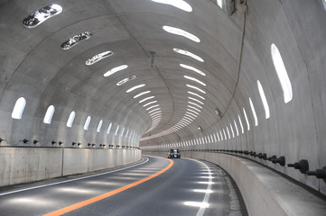 明かり取りのあるトンネル Fotomurales