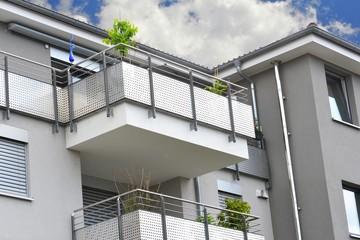 Foto op Aluminium Trappen Metall-Balkone,am Dachgeschoss eines modernen Wohnhauses