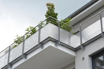 Metall-Balkone,am Dachgeschoss eines modernen Wohnhauses