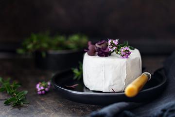 Frischer Käse mit Blüten