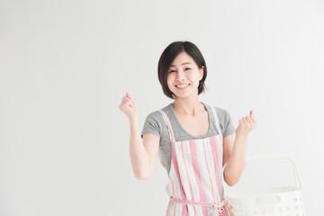 エプロン姿の女性・白バック - fototapety na wymiar