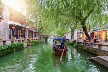 Garden Poster Shanghai Gondel fährt auf den Kanälen mit Restaurants und Bars der Wasserstadt Zhouzhuang in China, bei Shanghai
