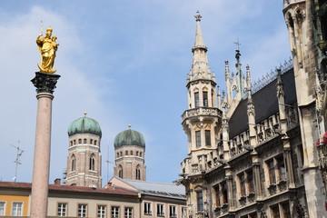 Münchner Marienplatz mit Rathaus, Mariensäule und der Frauenkirche im Hintergrund