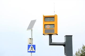 Fotoradar i panel słoneczny, solar na przejściu dla pieszych.