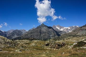 Paesaggio di montagna con cielo azzurro