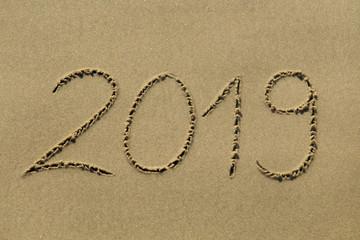 """""""2019"""" in den Sand geschrieben"""