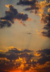 Cielo y sol al amanecer