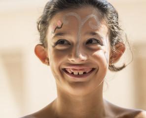 Niña alegre con la cara pintada