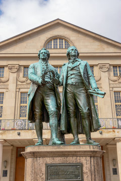 Goethe-Schiller-Denkmal vor dem Deutschen Nationaltheater in Weimar, Thüringen
