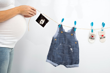 Schwangerenbauch - Babykleidung, Ultraschallbild