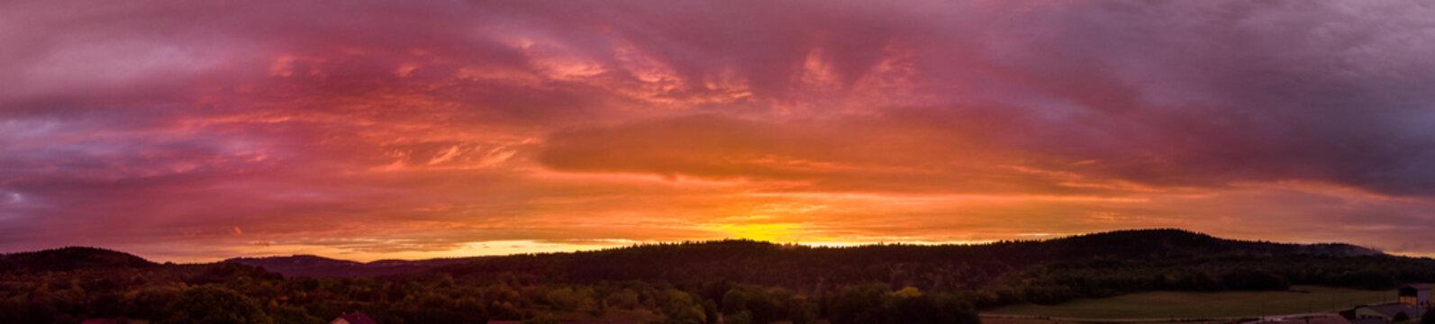 panorama flamboyant sur un coucher de soleil au dessus des montagnes