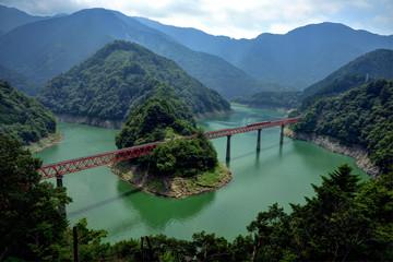 Papiers peints Vert 静岡県川根本町 大井川鉄道 ダム湖に浮かぶ「奥大井湖上駅」