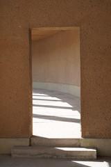 Rechteckige Öffnung zu rundem Säulengang