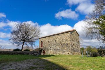 conjunto monumental románico situado en Sant Pere de Caserres, Cataluña, España