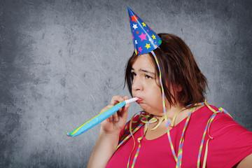 femme s'ennuyant à une fête