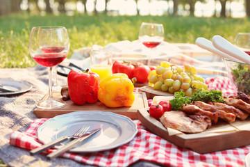 Autocollant pour porte Pique-nique Blanket with food prepared for summer picnic outdoors