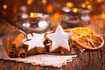 Duftende Zimtsterne und Gewürze auf dem gedeckten Tisch zu Weihnachten