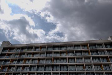 Ventanas de un hotel con el cielo nublado