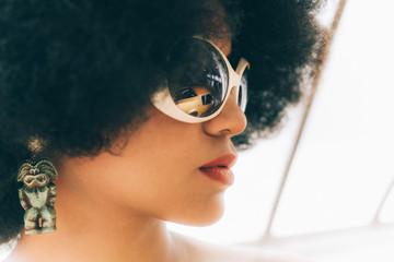 Portrait de femme aux lunettes avec reflet de voiture