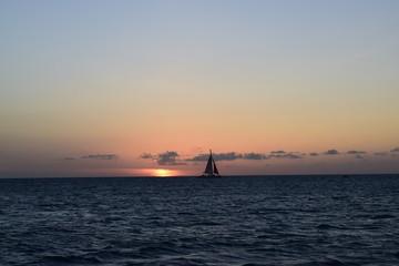 Tramonto con barca a vela ad Aruba - Caraibi
