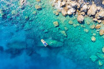 Boot mit Tauchern und Schnorchelern an der Küste der Ägäis mit türkisem Meer
