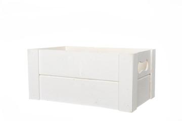 caja de madera blanca con asas en fondo blanco
