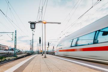 Schnellzug verlässt den Frankfurter Bahnhof