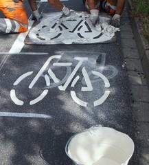 Strassenmarkierungsarbeiten mit einer Schablone