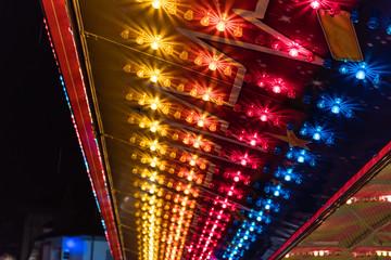 Bunte Lichter an der Herbstmesse in Basel vom Jahrmarkt
