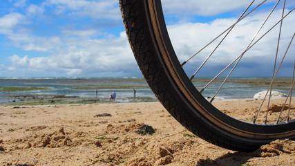 Radfahren an der Küste: Vorderrad im Sand