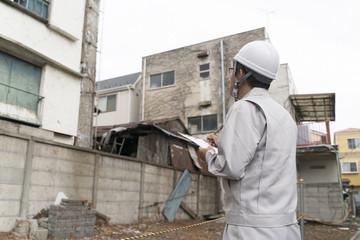 工事現場イメージ・建物解体現場を調査するビジネスマン