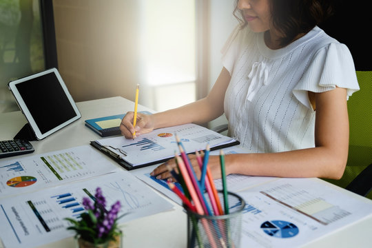 Businesswoman hand holding pencil and making presentation business strategy.