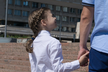 Dad leads her daughter for the first time to school