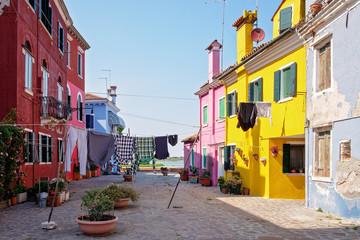 Straßenszene mit bunten Häusern und Wäsche auf der Insel Burano bei Venedig