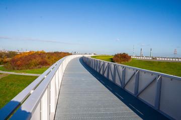 Weg auf einer modernen Brücke mit Geländer Metallausführung