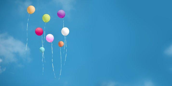 Steigende bunte Luftballons am Himmel