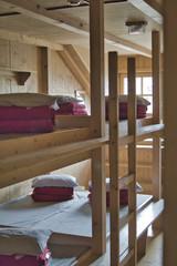 Obraz wnętrze pokoju w schronisku górskim, nocleg w górach, pokój z piętrowymi łóżkami w schronisku górskim w Alpach - fototapety do salonu