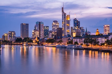 Frankfurter Skyline bei Nacht während der Blauen Stunde über dem Main, Blick auf das Bankenviertel