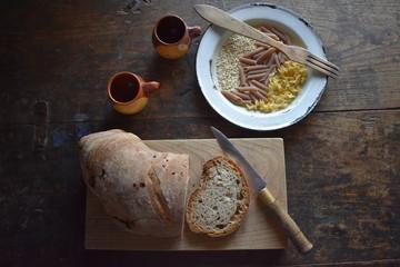 Pan tipico de Galicia, en españa, plato vintage con alimentos y vasos de vino