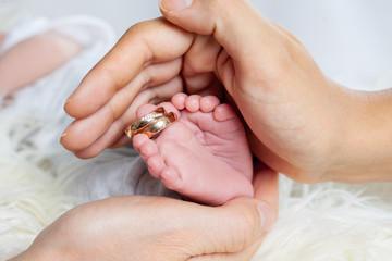 Baby Füßchen mit Eheringen