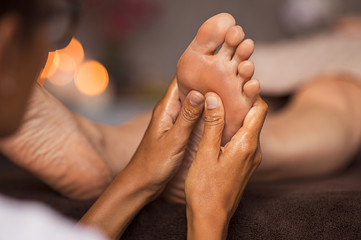 La pose en embrasure Pedicure Foot reflexology massage