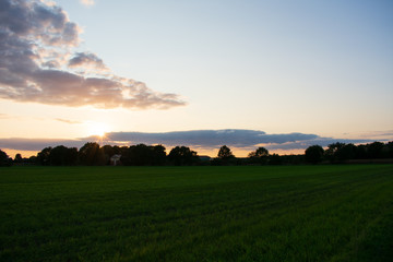 Landschaftsbild mit romantischen Abendhimmel. Standort: Deutschland, Nordrhein - Westfalen, Borken