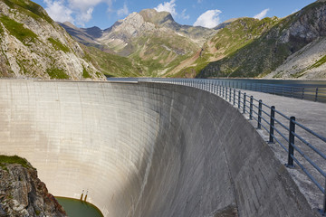 Photo sur Plexiglas Barrage Llauset dam in Aragon. Hydroelectric power. Trekking route. Spain