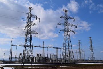 変電設備と送電線
