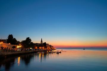 historische Altstadt von Porec an der kroatischen Küste am Abend