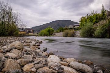 Villafranca del Bierzo, liegt auf dem Jakobsweg - Der Rio Burbia und Rio Valcarce laufen hier zussamen und fließen durch das malerische Dorf, das von Gebirge umgeben ist