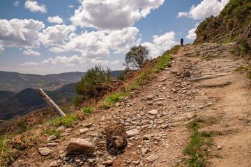 Jakobsweg - Kurz vor der Grenze zwischen Kastilien/ Leon und Galizien - Der Steinige Weg führt zum Markstein der die Grenze makiert