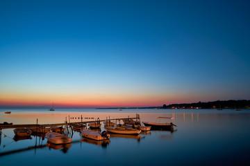 Boote an der Küste von Porec in Kroatien am Abend