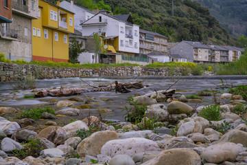Der Fluss Burbia und Valcarce fließt durch Villafranca del Bierzo. Durch die kleine Stadt verläuft der Jakobsweg.  In Villafranca kehren täglich hunderte Pilger ein.