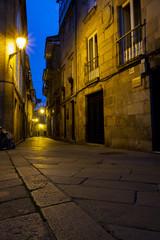Rúa da Algalia de Arriba - eine Einkaufsstraße der Altstadt von Santiago de Compostela während der blauen Stunde